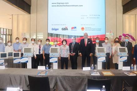 MTTQ thành phố Hồ Chí Minh tiếp nhận trang thiết bị y tế trị giá 350.000 USD