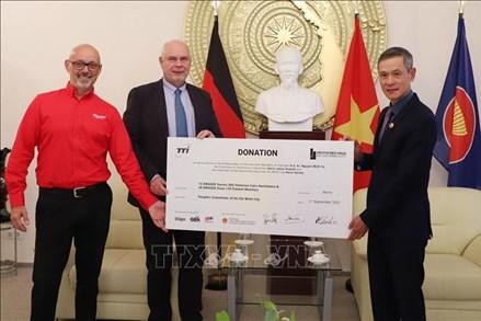 Bạn bè Đức trao tặng trang thiết bị y tế trị giá gần 8 tỷ đồng cho Việt Nam