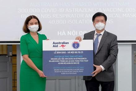 Bộ Y tế tiếp nhận thêm 300.000 liều vaccine COVID-19 AstraZeneca và trang thiết bị chống dịch từ Australia
