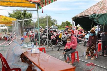 Tổ nhân dân tự quản tham gia hỗ trợ người về từ vùng dịch