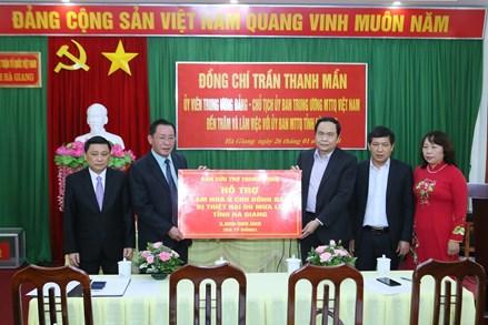 Chủ tịch Trần Thanh Mẫn trao 3 tỷ đồng hỗ trợ tỉnh Hà Giang