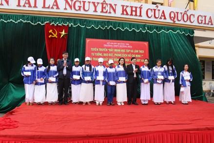 Phó Chủ tịch Nguyễn Hữu Dũng tặng quà Tết tại huyện Hướng Hóa, Quảng Trị