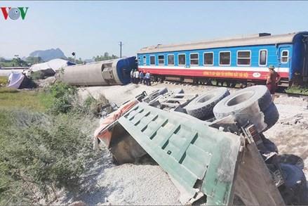 Ảnh: Hiện trường vụ tàu hỏa đâm ô tô, 2 lái tàu chết kẹt trong cabin