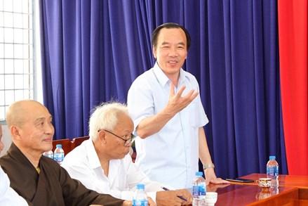 Phó Chủ tịch Ngô Sách Thực tặng quà các gia đình chính sách tín đồ Phật giáo Hoà Hảo