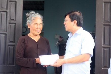 Phó Chủ tịch Nguyễn Hữu Dũng thăm, tặng quà gia đình chính sách tại Quảng Trị