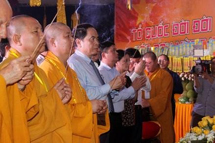 Cầu siêu cho các anh hùng, liệt sỹ tại Nghĩa trang liệt sỹ Quốc tế Việt - Lào