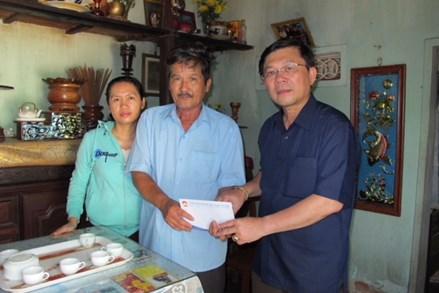 Phó Chủ tịch Nguyễn Hữu Dũng tặng quà gia đình chính sách tại tỉnh Bình Định