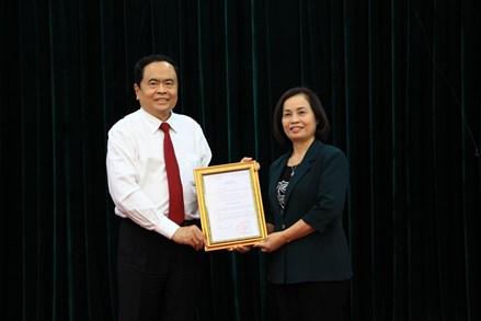 Trao quyết định nghỉ chế độ cho Phó Chủ tịch Bùi Thị Thanh