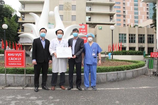 Mặt trận Hà Nội tiếp nhận và trao ủng hộ cho Bệnh viện Bạch Mai phòng dịch Covid-19
