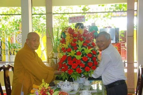 Ủy ban Mặt trận Tổ quốc Việt Nam tỉnh Tiền Giang, Vĩnh Long: Thăm, tặng hoa chúc mừng Đại lễ Phật đản