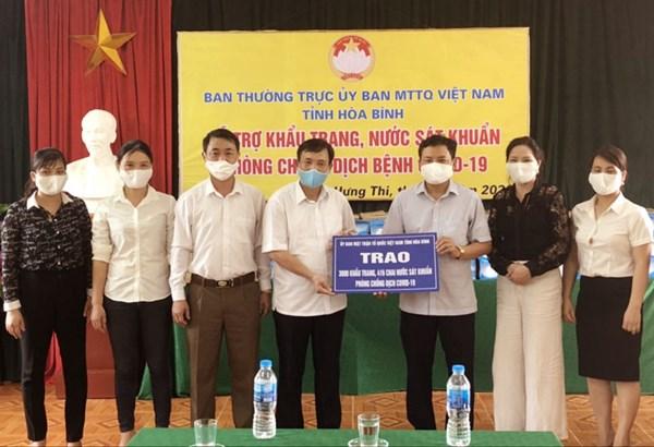 Ủy ban MTTQ tỉnh Hòa Bình trao 9.000 khẩu trang và 1.250 chai nước sát khuẩn cho 3 huyện Yên Thủy, Lạc Thủy, Mai Châu