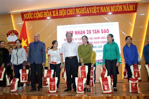 Mặt trận tỉnh Quảng Nam tiếp nhận 20 tấn gạo ủng hộ phòng, chống dịch Covid-19