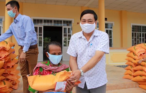 Ủy ban Mặt trận Tổ quốc tỉnh Sóc Trăng: Vận động hơn 8,5 tỷ đồng hỗ trợ người dân bị ảnh hưởng dịch Covid-19 và hạn mặn