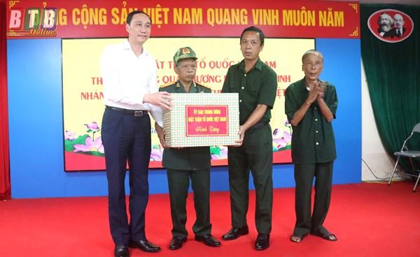 Đoàn công tác Ủy ban Trung ương MTTQ Việt Nam thăm, tặng quà người có công và dâng hương các anh hùng liệt sĩ