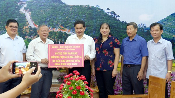 Ủy ban MTTQ Thành phố Hồ Chí Minh trao tặng 500 triệu đồng khắc phục thiệt hại do mưa lũ
