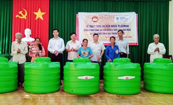 Ủy ban MTTQ tỉnh Sóc Trăng: Trao tặng 50 bồn chứa nước cho hộ nghèo bị ảnh hưởng hạn, mặn