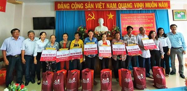 Ủy ban MTTQ Việt Nam tỉnh An Giang bàn giao 34 căn nhà Đại đoàn kết cho các hộ nghèo, cận nghèo, khó khăn
