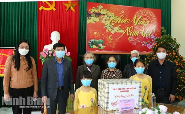 Ủy ban MTTQ Việt Nam tỉnh Ninh Bình tặng quà nhân dịp Tết Nguyên đán Tân Sửu