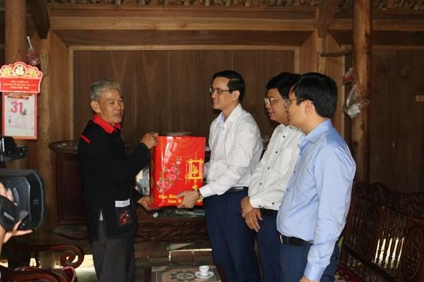 Lãnh đạo Mặt trận Phú Thọ thăm hỏi già làng, người có uy tín huyện Yên Lập