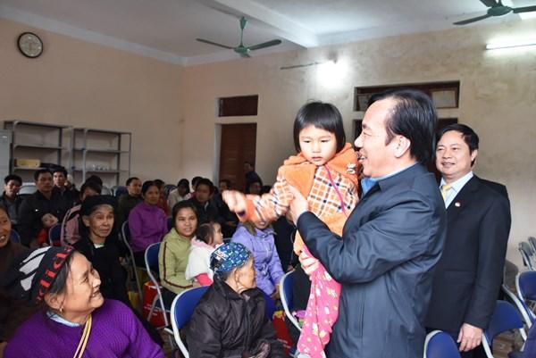 Phó Chủ tịch Ngô Sách Thực tặng quà Tết tại Tuyên Quang