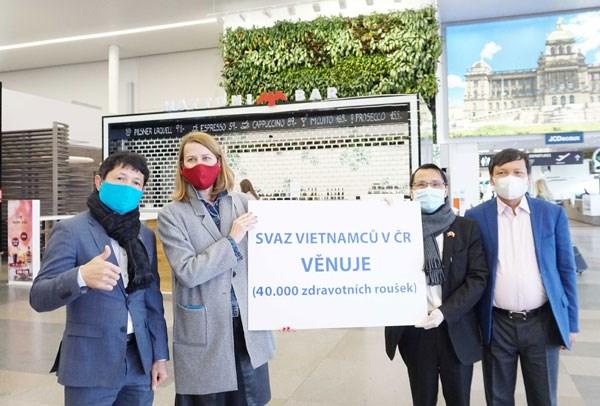 Cộng đồng người Việt tại Séc với thông điệp trái tim trong cuộc chiến chống dịch Covid-19