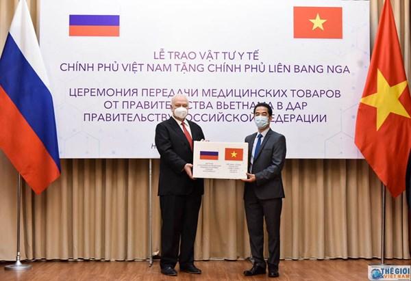 Việt Nam trao 150.000 khẩu trang hỗ trợ Nga phòng chống Covid-19