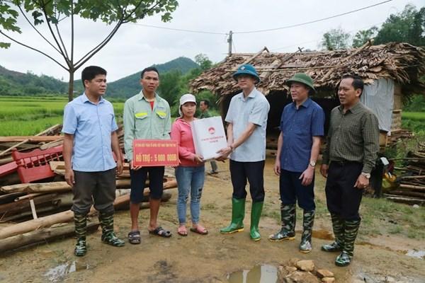 Mặt trận thăm hỏi, tặng quà các gia đình bị thiệt hại do giông lốc tại Phú Thọ
