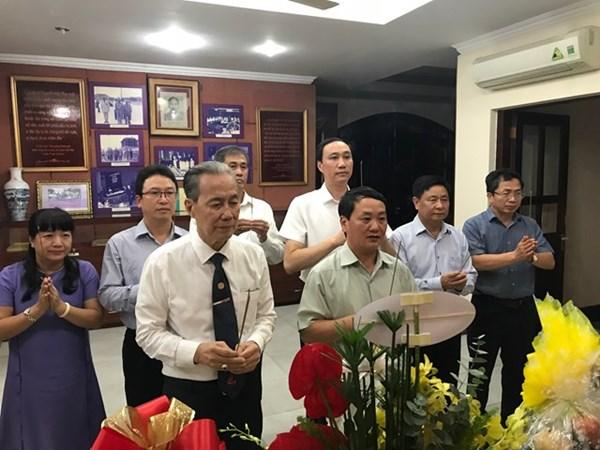 Phó Chủ tịch - Tổng Thư ký Hầu A Lềnh dâng hương tưởng niệm Luật sư Nguyễn Hữu Thọ