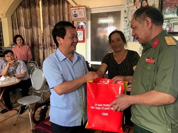 Phó Chủ tịch - Tổng Thư ký Hầu A Lềnh thăm và tặng quà người có công tại Lào Cai