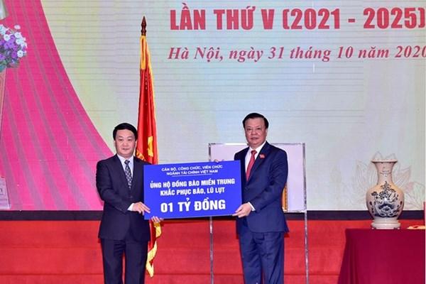 Phó Chủ tịch - Tổng Thư ký Hầu A Lềnh tiếp nhận ủng hộ 1 tỷ đồng từ Bộ Tài Chính