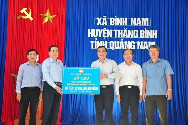 Chủ tịch Trần Thanh Mẫn trao 12 tỷ đồng hỗ trợ bà con vùng lũ tỉnh Quảng Nam
