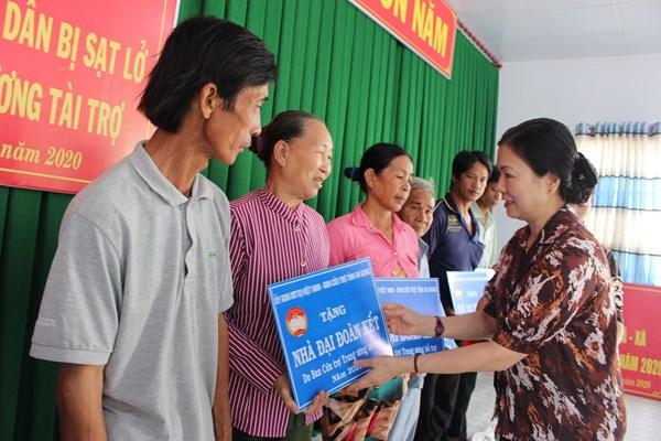 Hỗ trợ người dân vùng sạt lở Nam Sông Hậu an cư