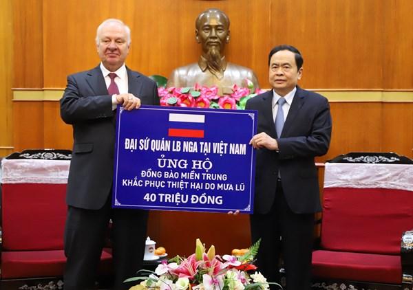 Đại sứ quán Liên bang Nga tại Việt Nam trao ủng hộ đồng bào các tỉnh miền Trung