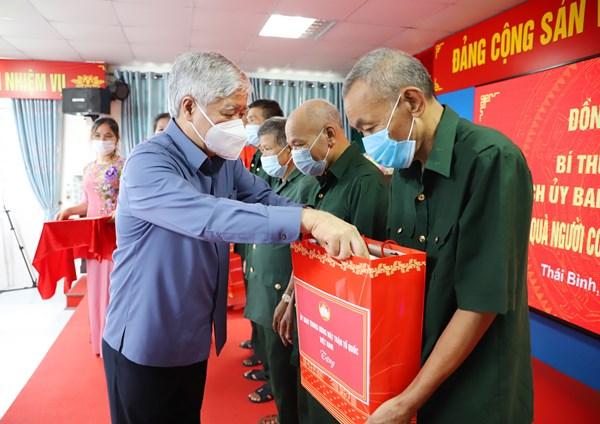 Chủ tịch Đỗ Văn Chiến thăm, tặng quà gia đình chính sách tại tỉnh Thái Bình