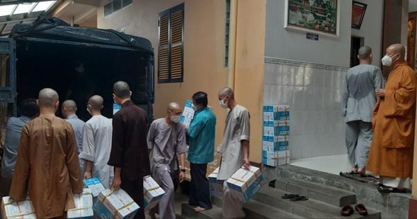 Giáo hội Phật giáo Việt Nam tỉnh Trà Vinh: Trao quà cho các hộ gia đình và học sinh gặp khó khăn bởi dịch bệnh