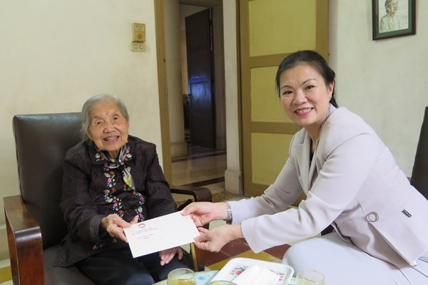 Phó Chủ tịch Trương Thị Ngọc Ánh chúc Tết cán bộ hưu trí và cá nhân tiêu biểu