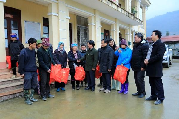Tặng quà Tết cho người nghèo vùng bị rét đậm, rét hại tại tỉnh Lào Cai