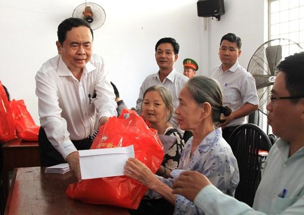Chủ tịch Trần Thanh Mẫn tặng quà Tết các hộ nghèo, gia đình chính sách phường An Hội