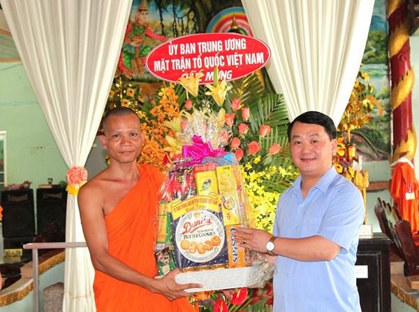 Phó Chủ tịch - Tổng Thư ký Hầu A Lềnh chúc tết Chôl Chnăm Thmây tại tỉnh Hậu Giang
